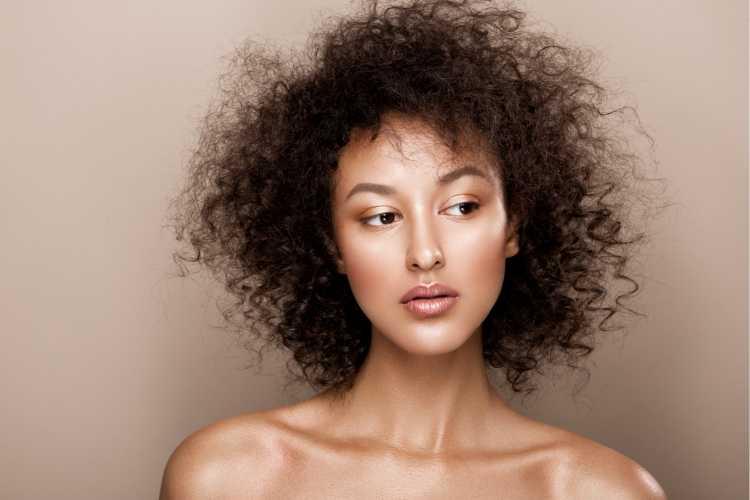 Maquiagem para sessão de fotos com batom nude marrom