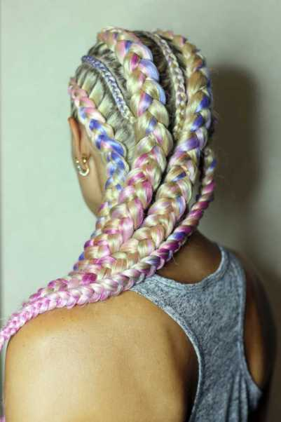 Trança afro em cabelo loiro com fitas coloridas