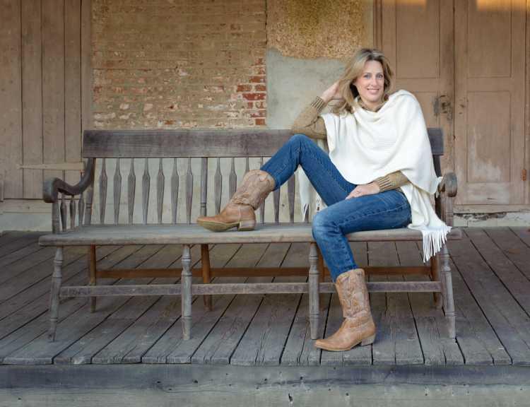 Bota country com calça jeans e quimono branco