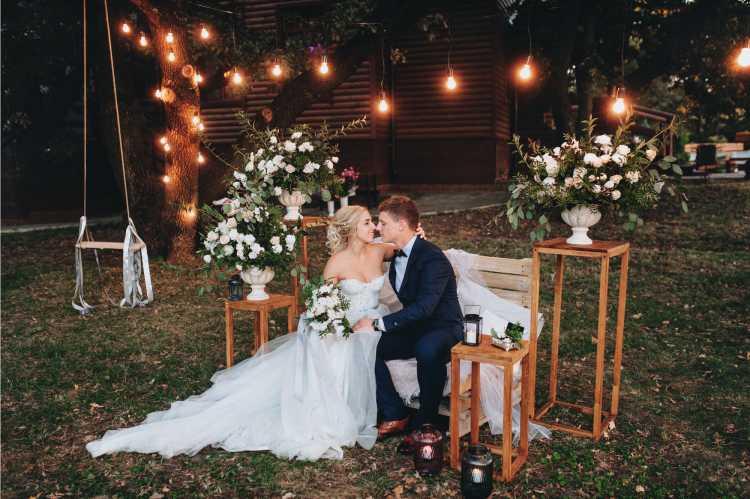 Casal feliz celebrando o casamento em casa