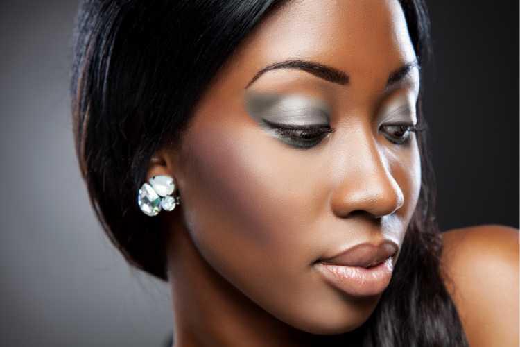 Maquiagem para convidada de casamento negra