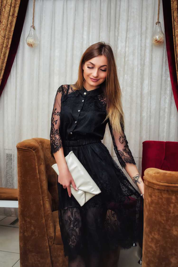 vestido de renda preto com gola alta