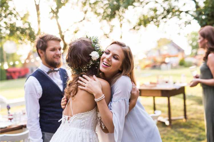 convidados cumprimentando noivos