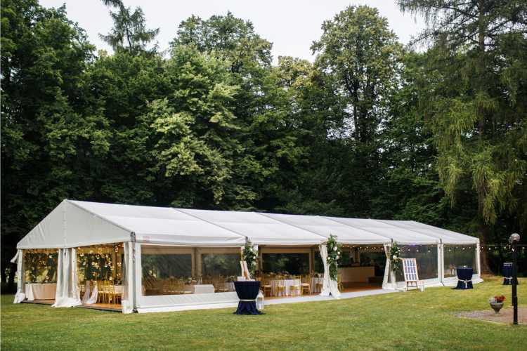 decoração com tenda para casamento no jardim