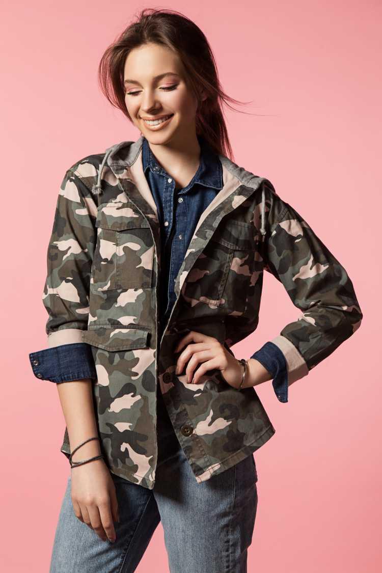 jaqueta com estampa militar