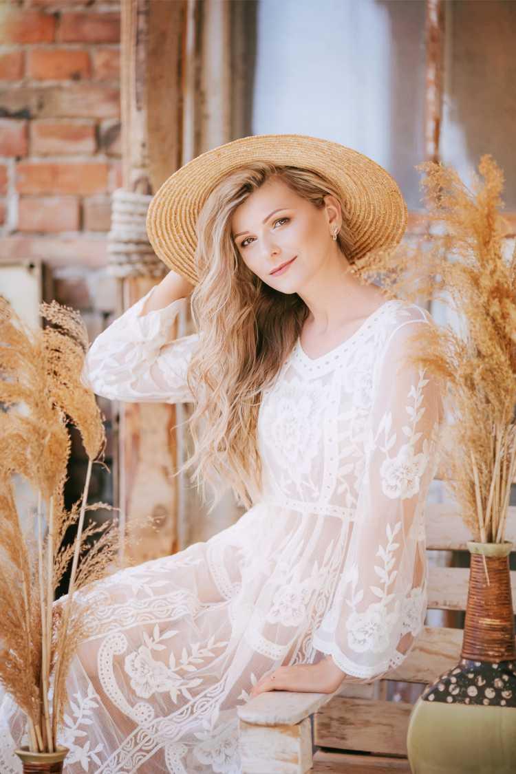 look com vestido de renda e chapéu