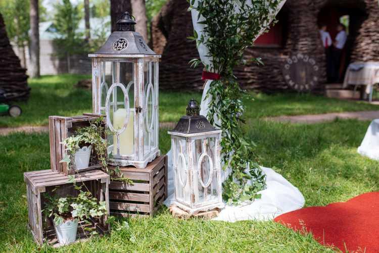 Luminárias na árvore fazendo decoração de casamento