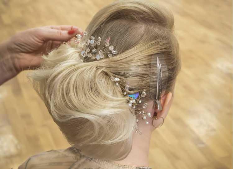 penteado preso vintage com coque e acessório