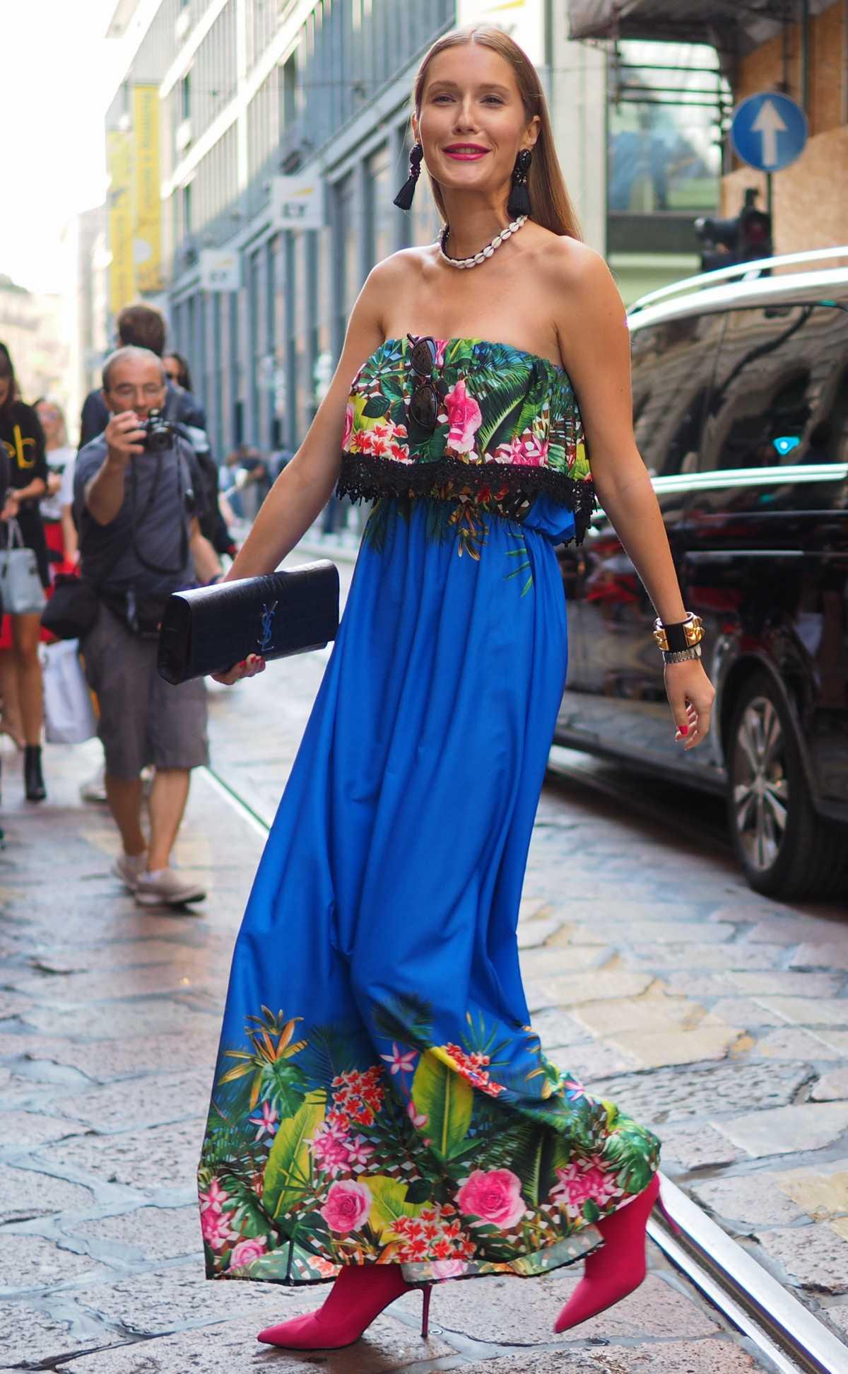 vestido azul com flores na barra