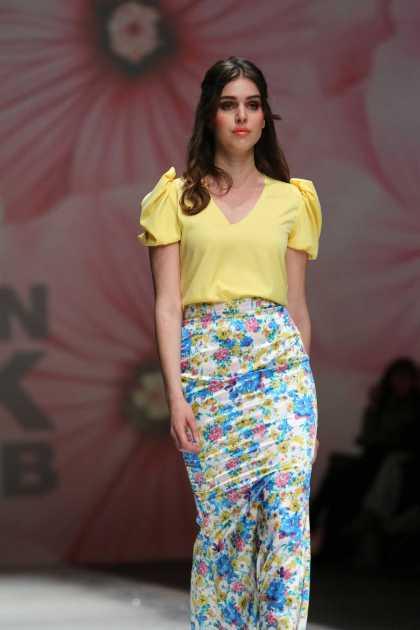 look com blusa amarela, manga estilo princesa e saia estampada