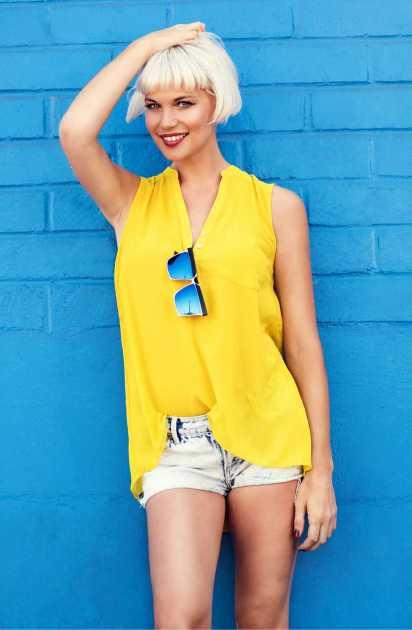 produção casual com blusa amarela regata e shorts