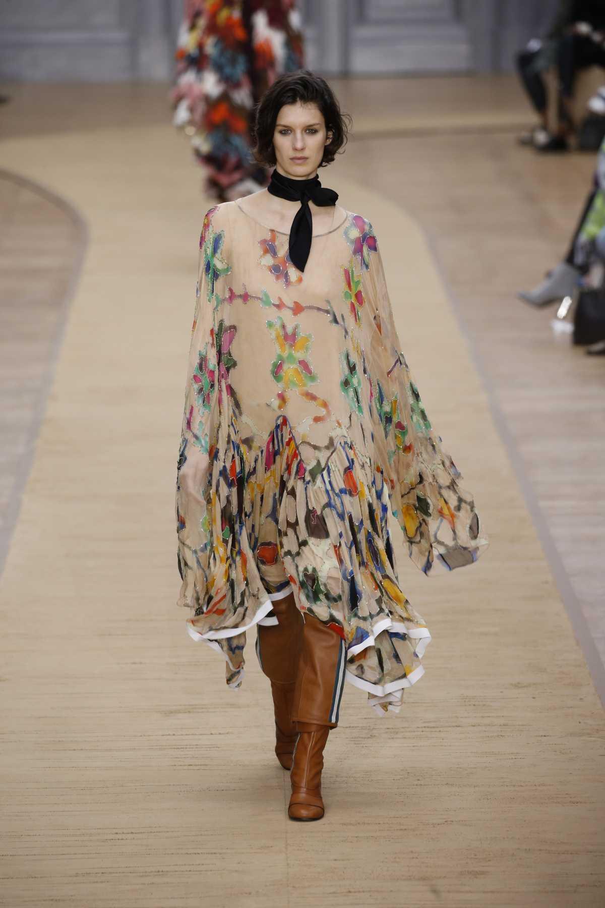 produção boho com vestido floral e botas