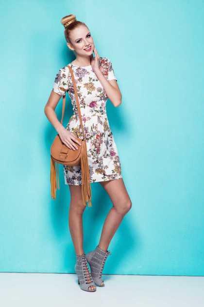 look cool com vestido floral e bolsa com franjas