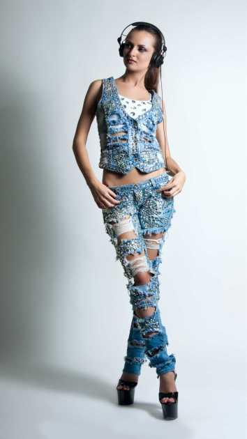 produção estilosa usando calça jeans boyfriend com aplicações