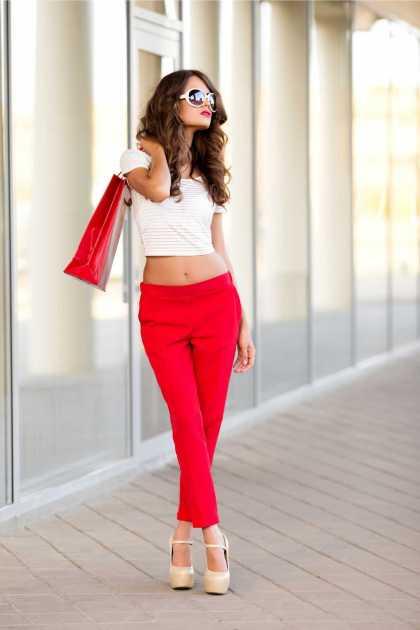 traje descolado com calça vermelha e cropped branco