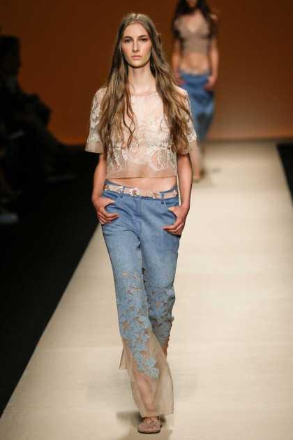 calça jeans estilosa com detalhes na barra