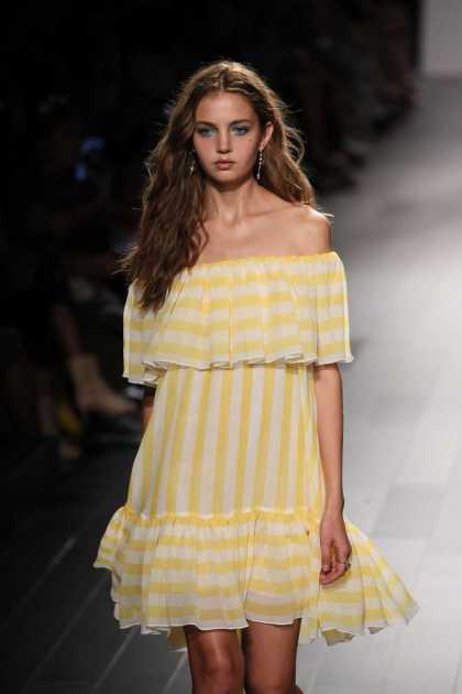 dress ombro a ombro com listras amarelas discretas