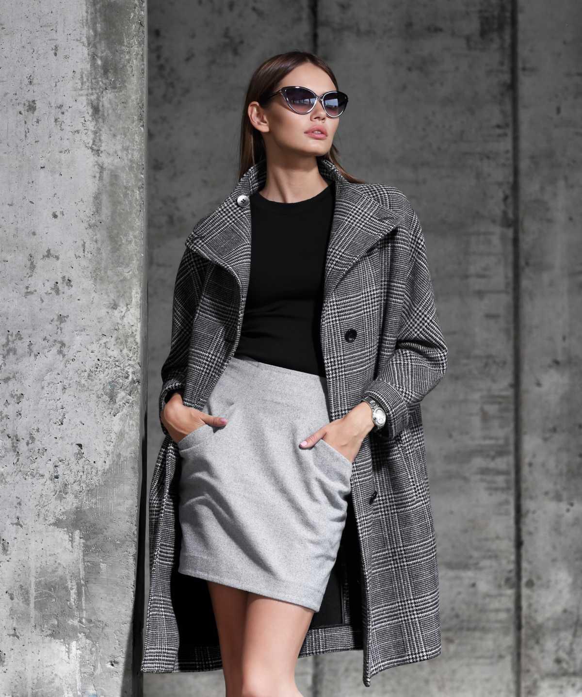 look de inverno com saia e sobretudo