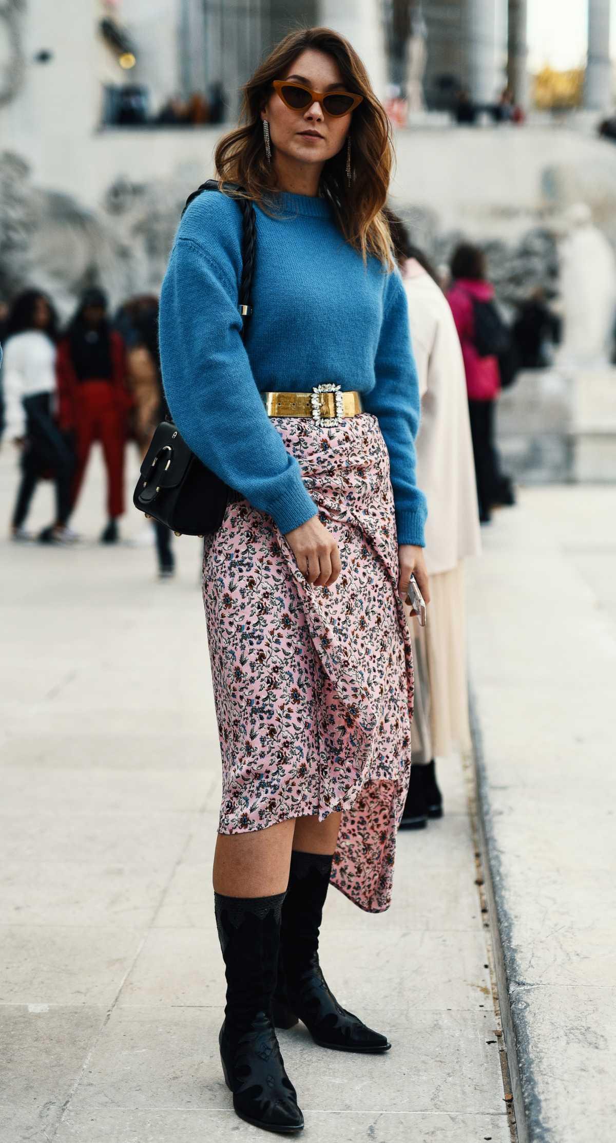 vestido floral com suéter azul