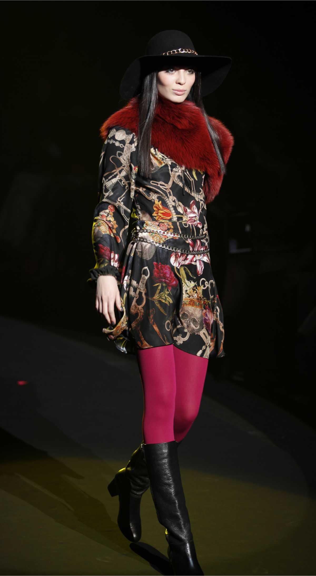 vestido floral com meias grossas vermelhas