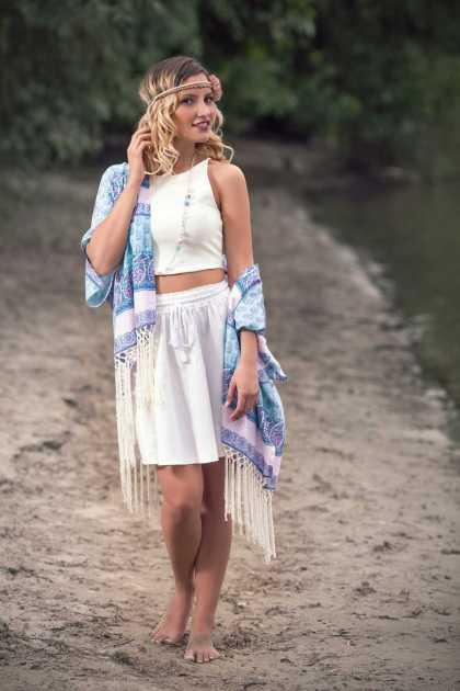 traje cool para o verão, usando quimono com franjas, cropped e saia