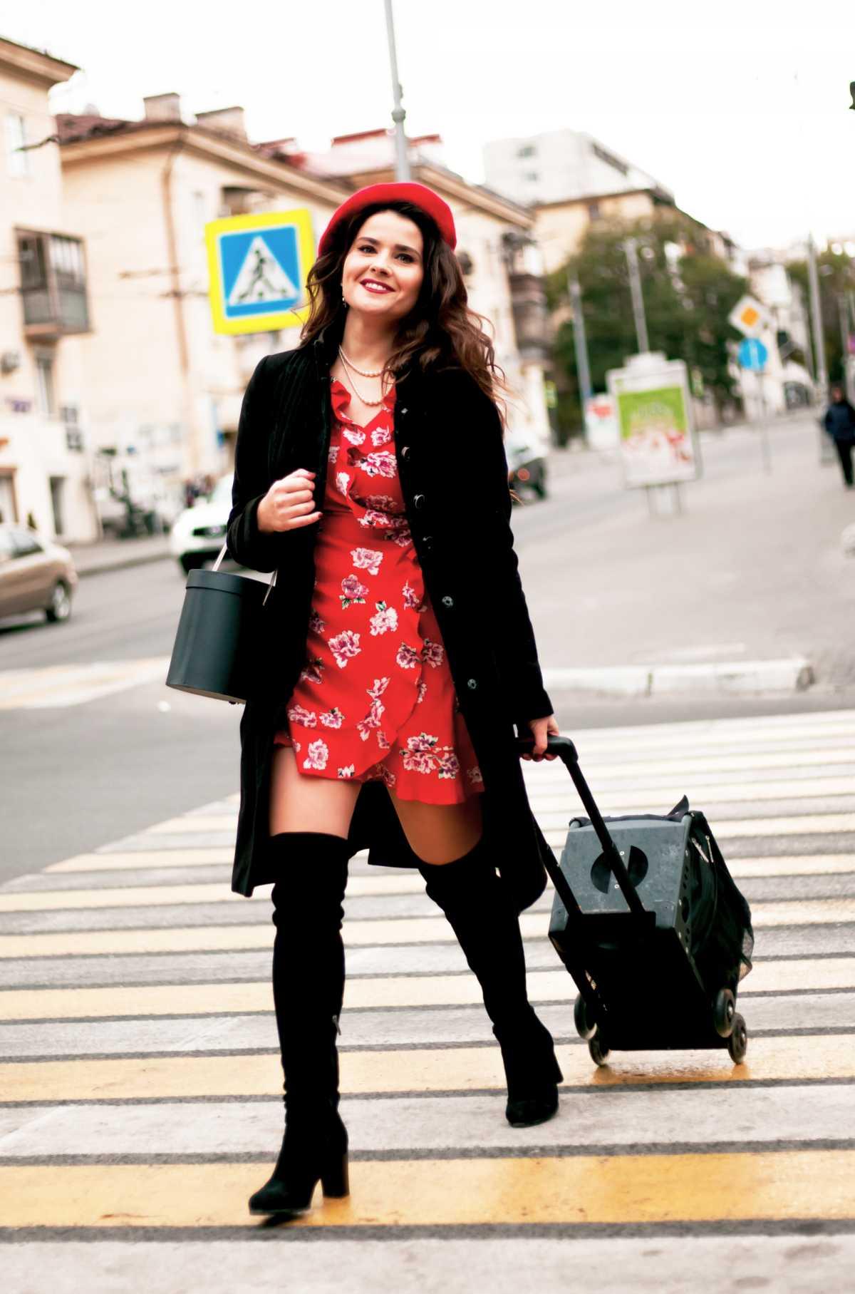 vestido vermelho floral com sobretudo preto