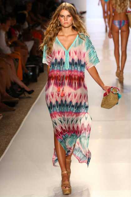produção despojada com vestido colorido