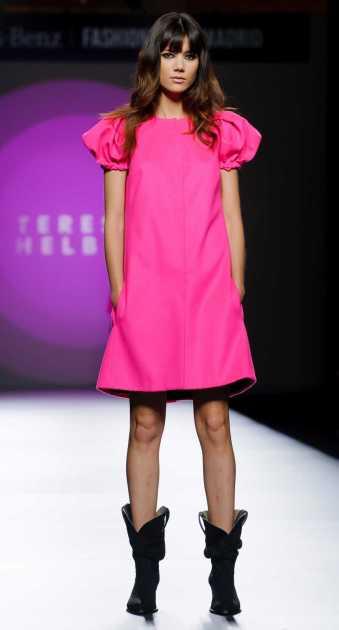 dress rosa neon com botas