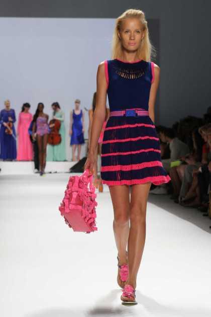 dress preto com listras rosa neon