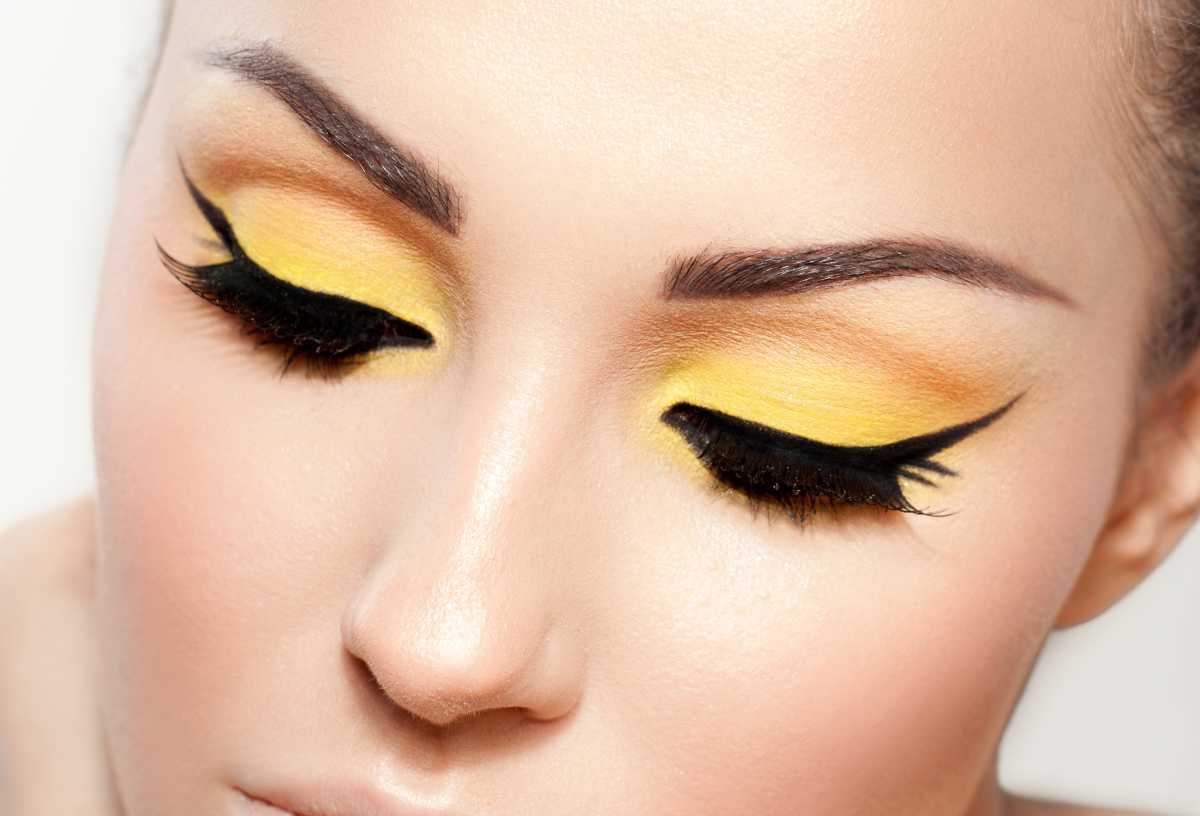 Maquiagem com sombra amarela