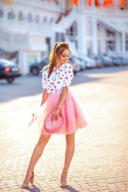 Produção com saia rosa e blusa branca estampada