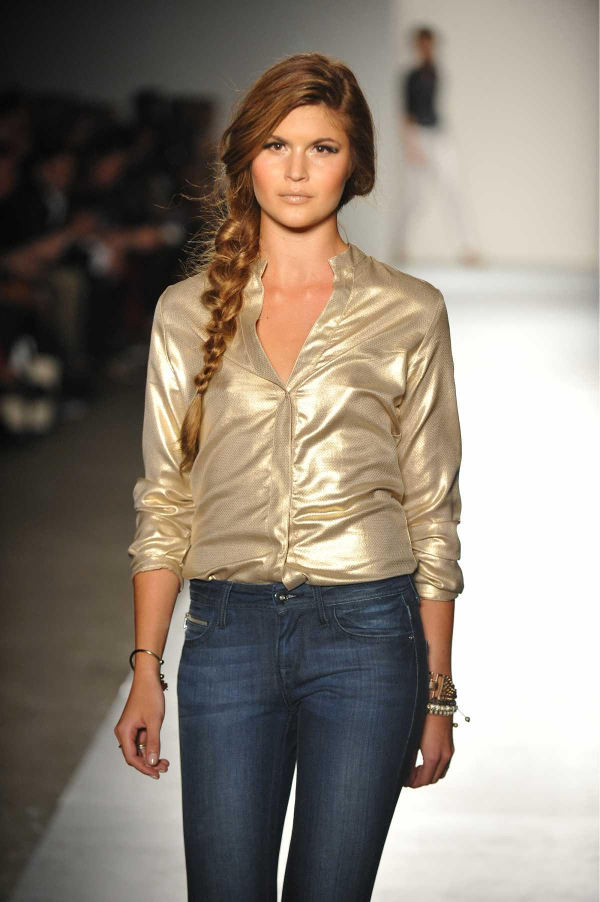 look casual com blusa dourada