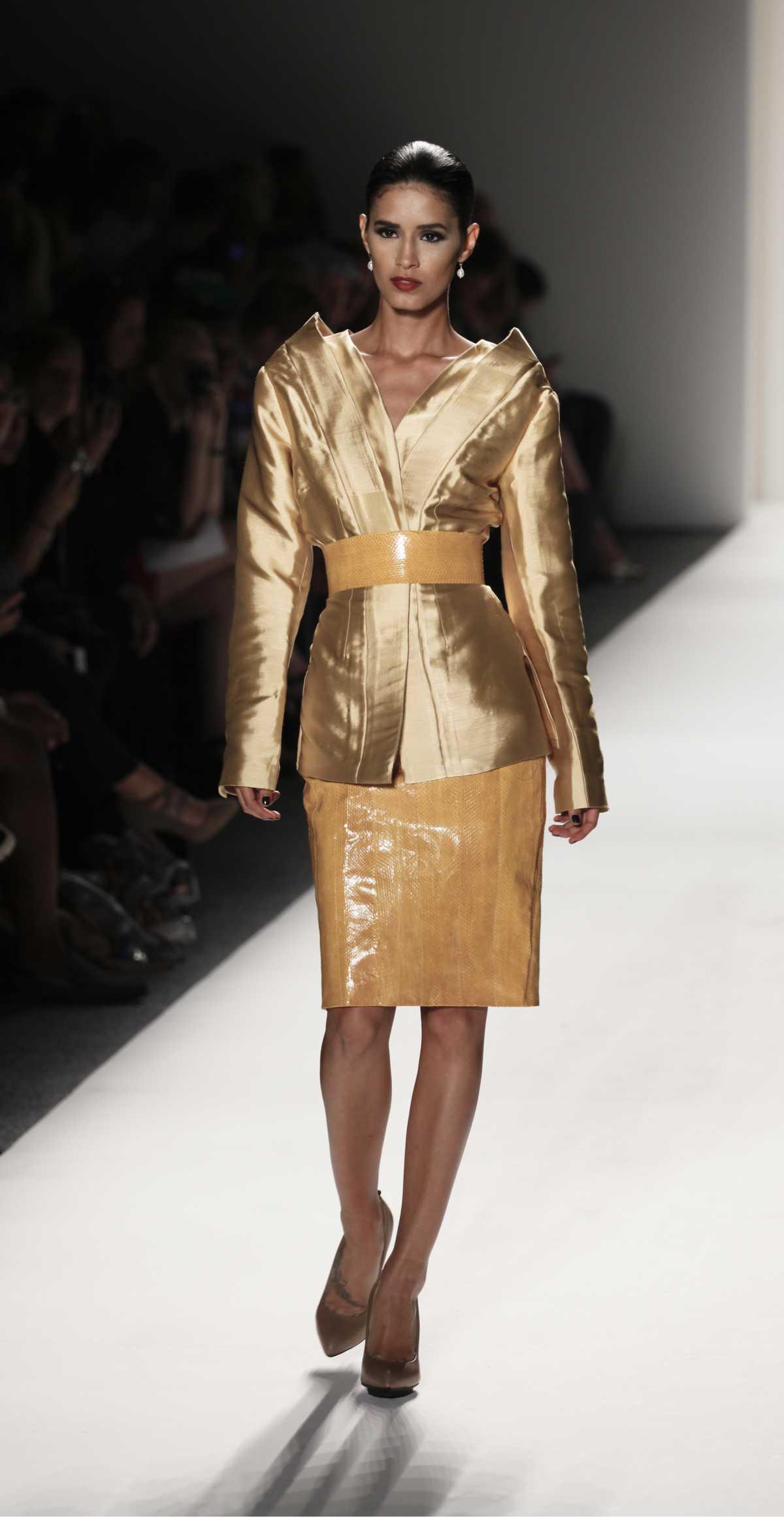 Produção formal com casaco dourado