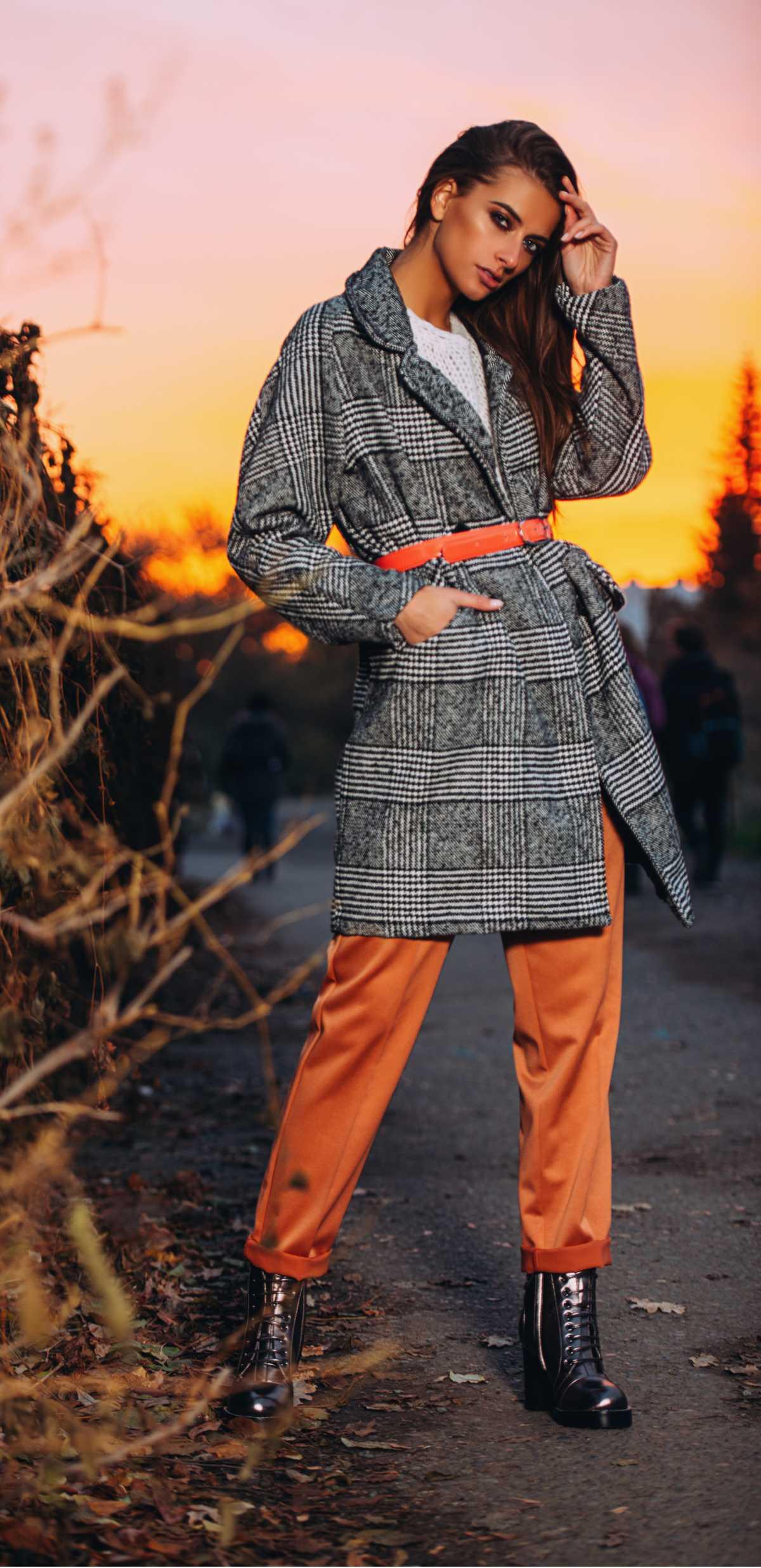 casaco trench coats com calça colorida