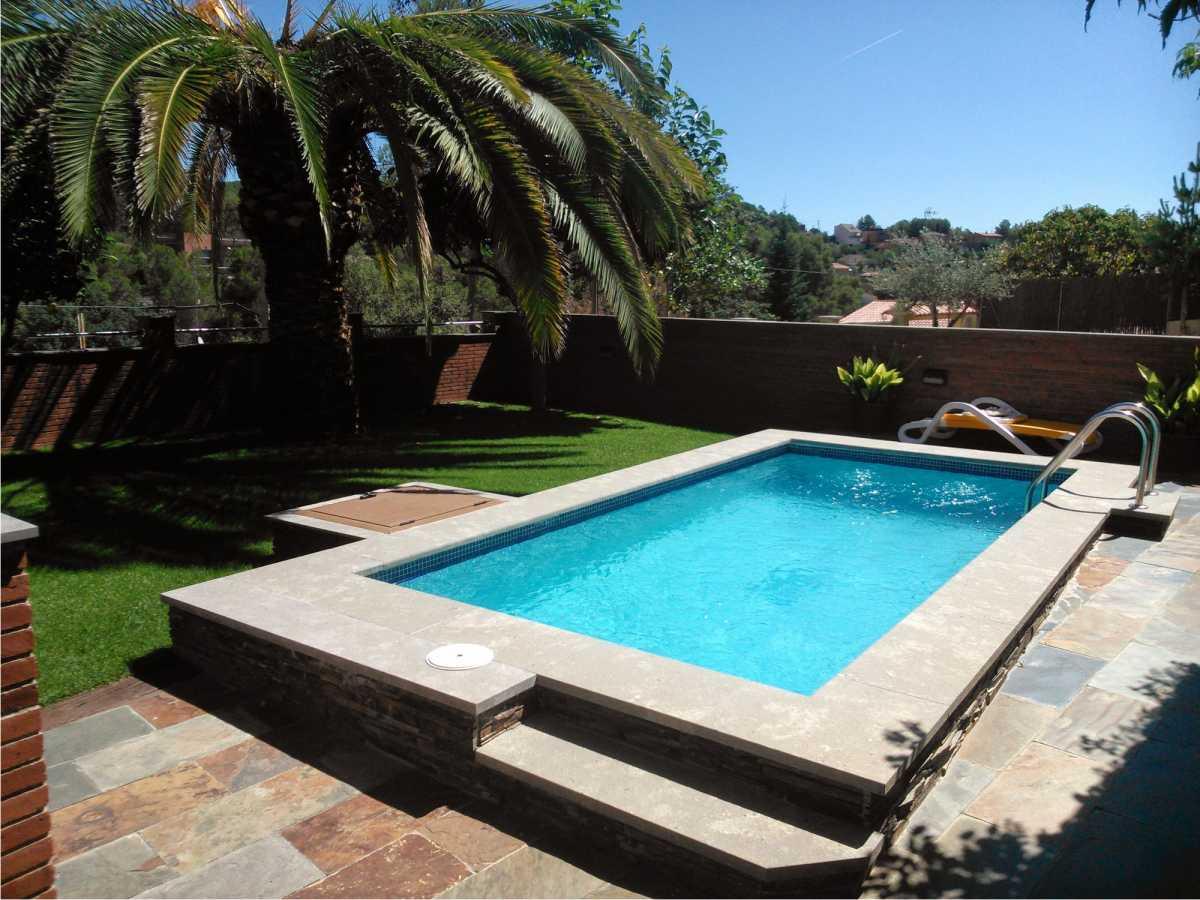 piscina com bordas acima do nível do piso