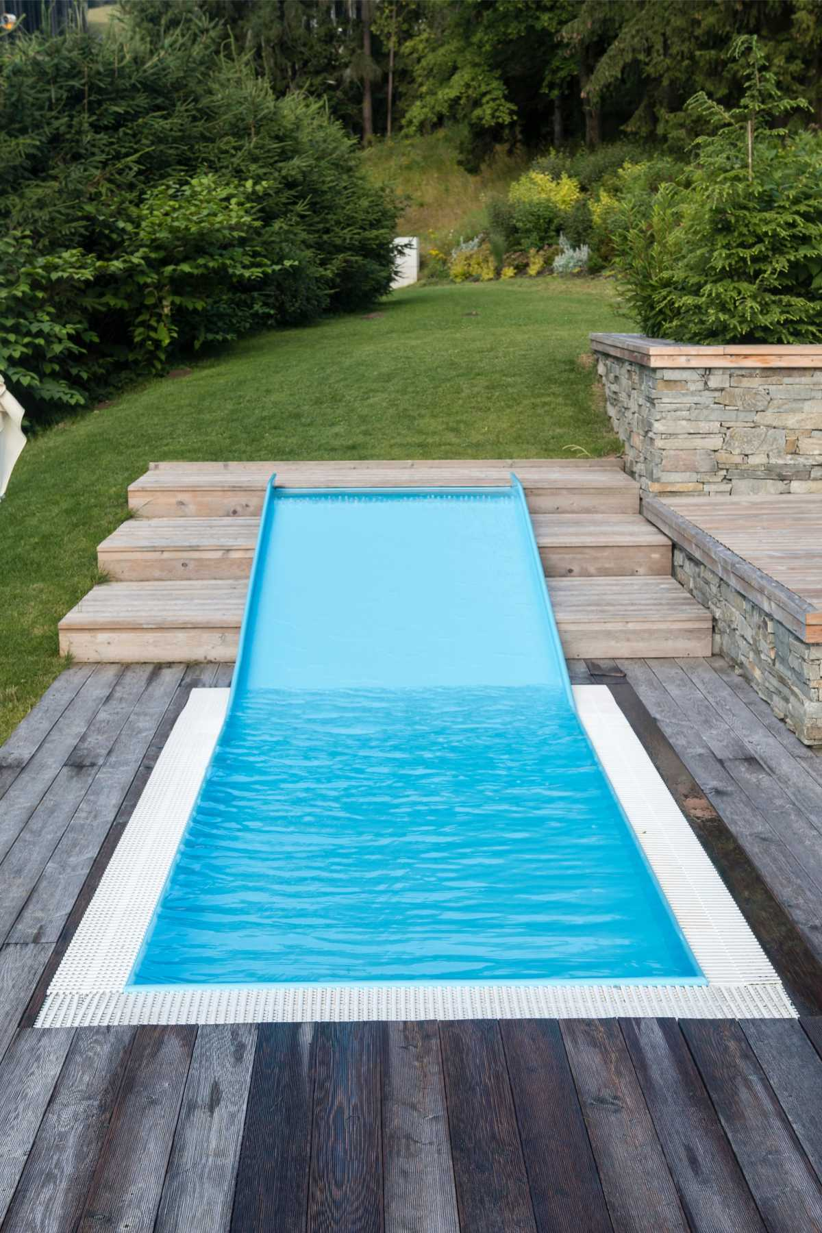 piscina pequena com mini tobogã