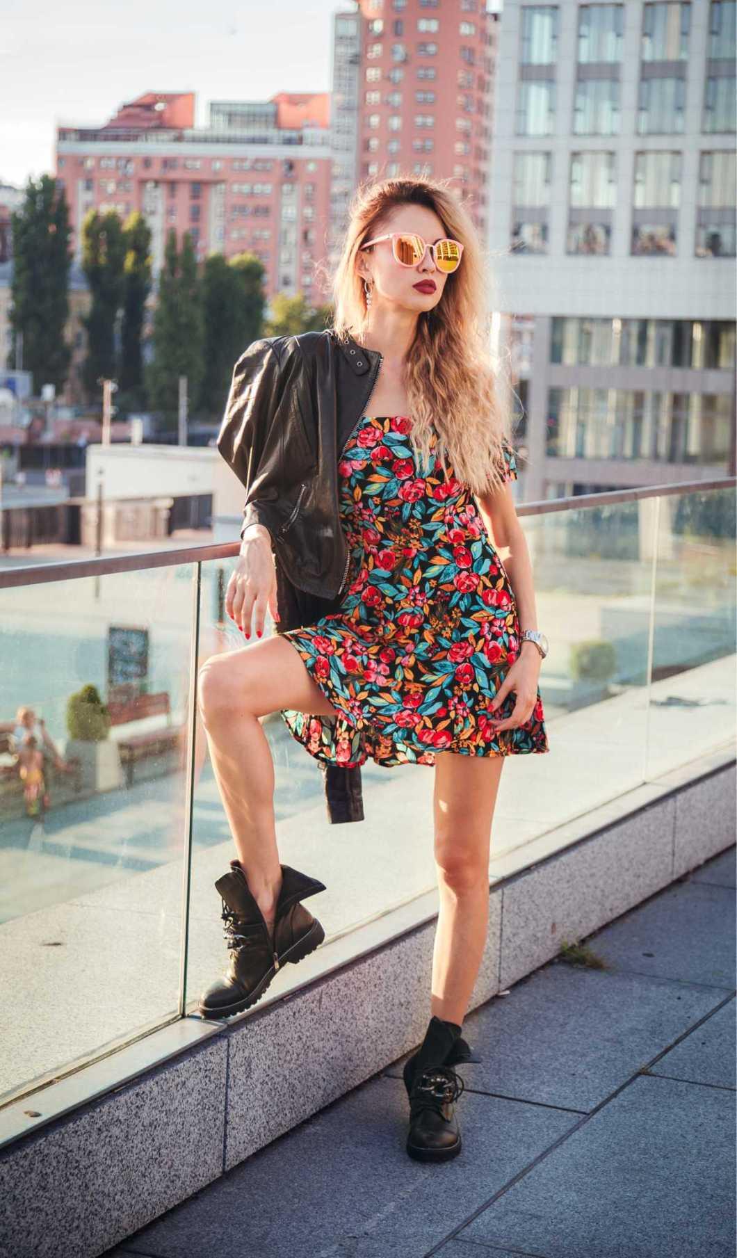 dress floral com botas coturno é um dos vestidos florais tendência neste inverno