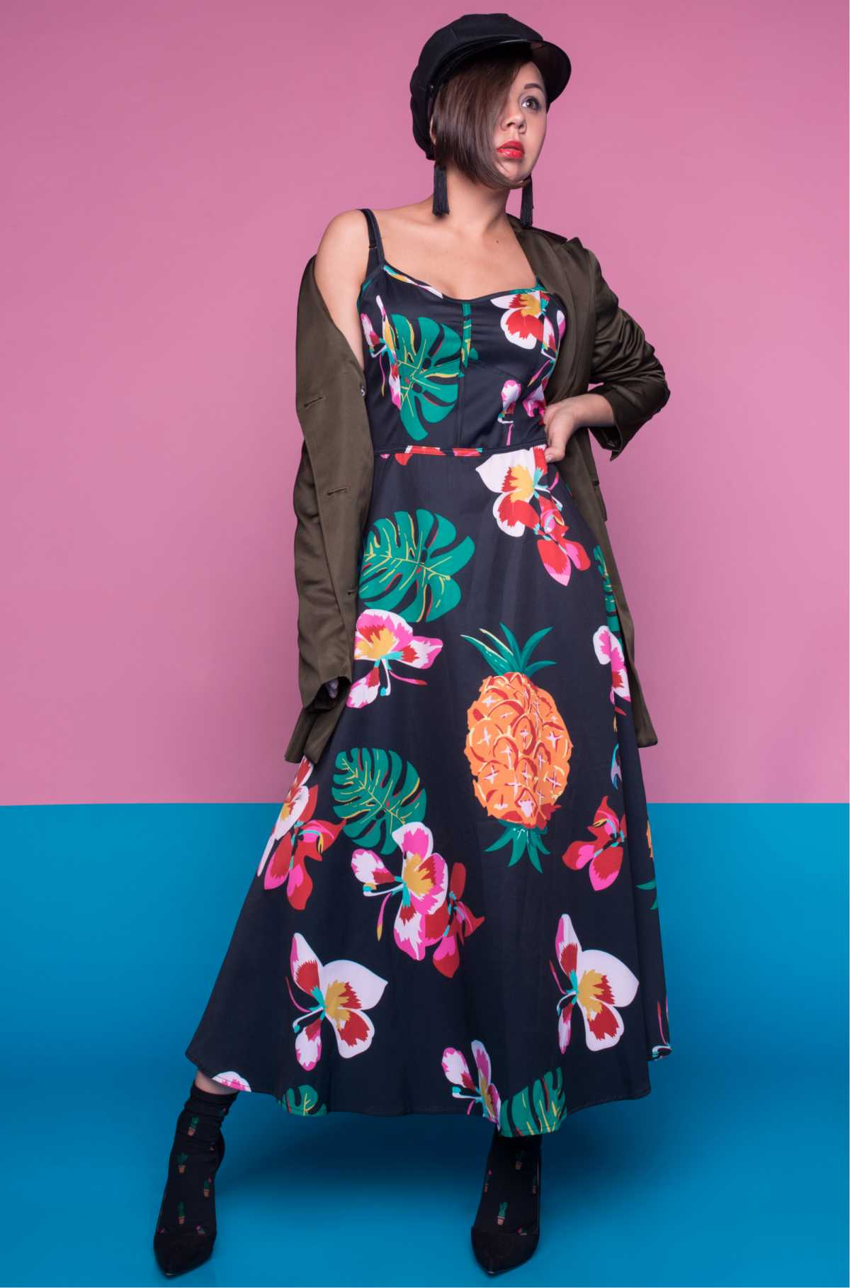dress estampado com botas e jaqueta