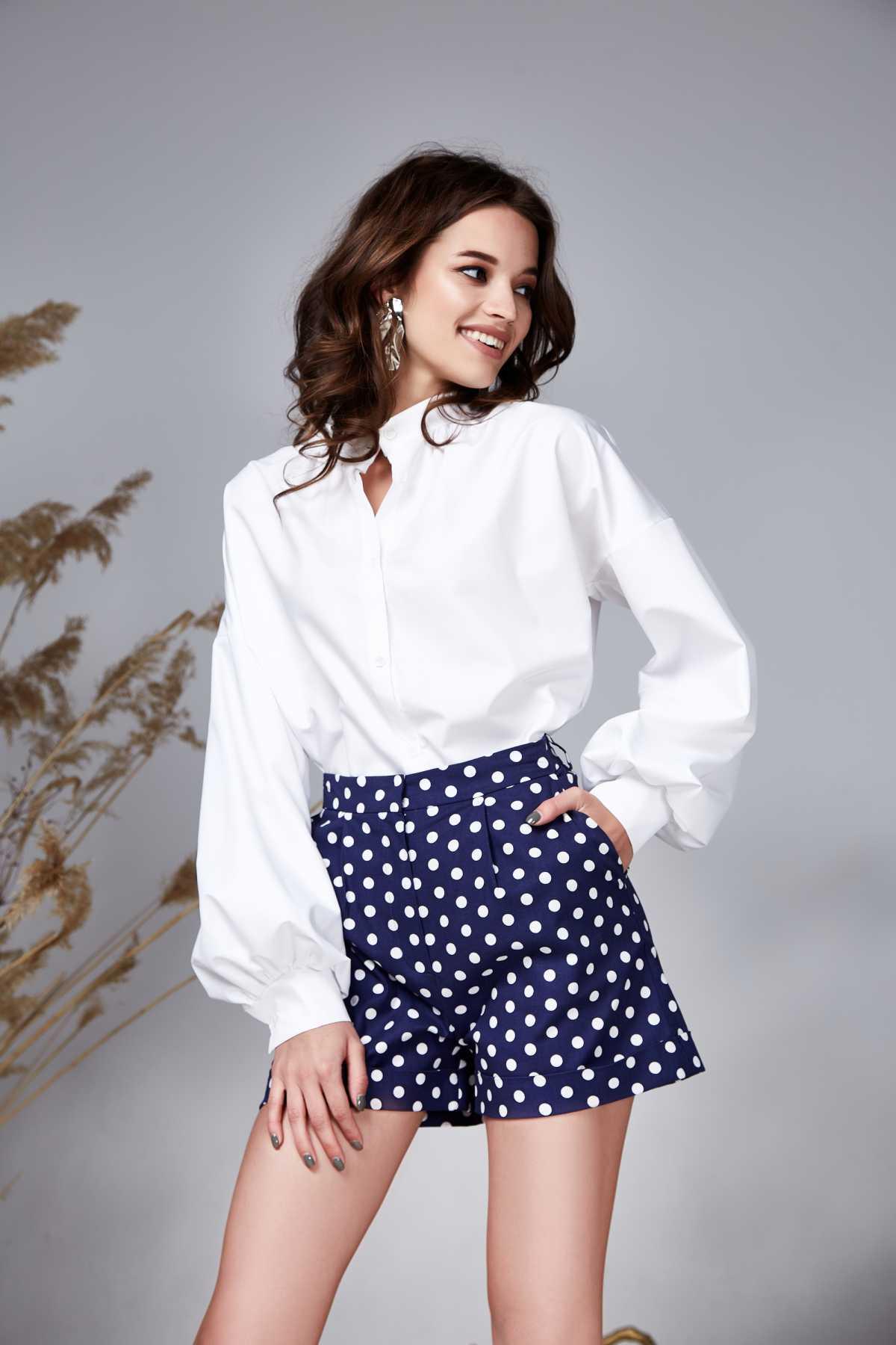 blusa branca com mangas bufantes