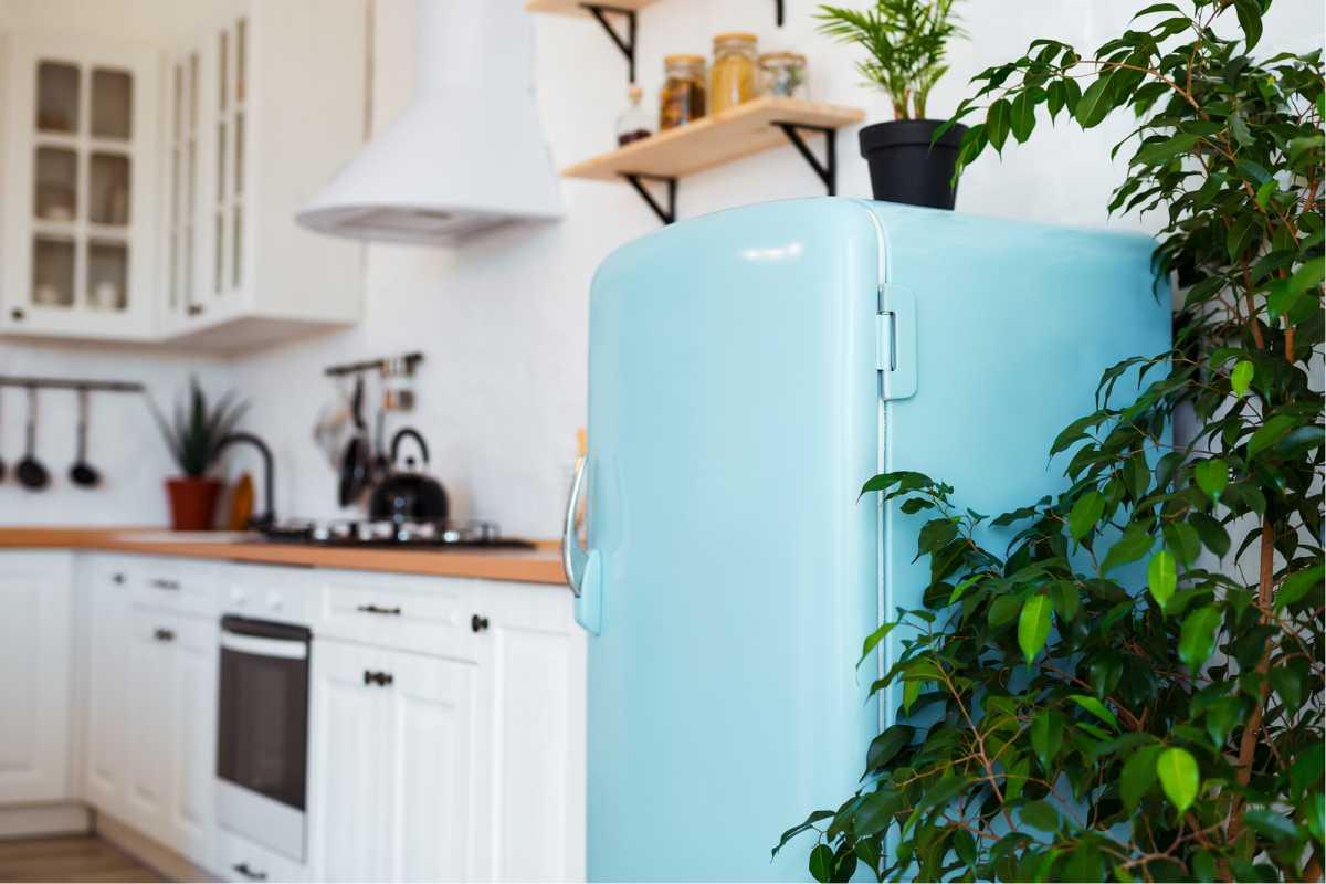 Cozinha com geladeira azul estilo retrô