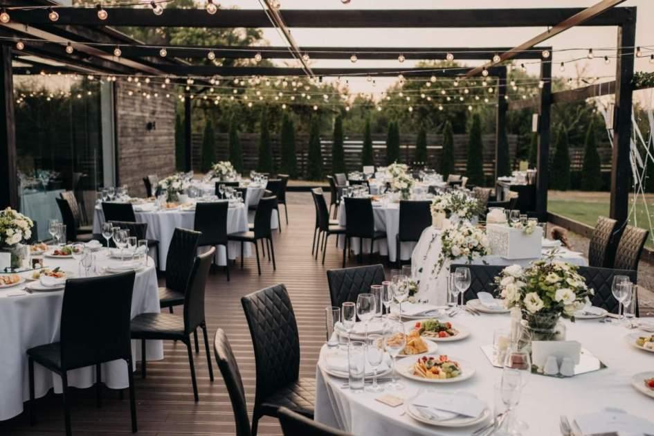 Decoração de casamento com cadeiras pretas