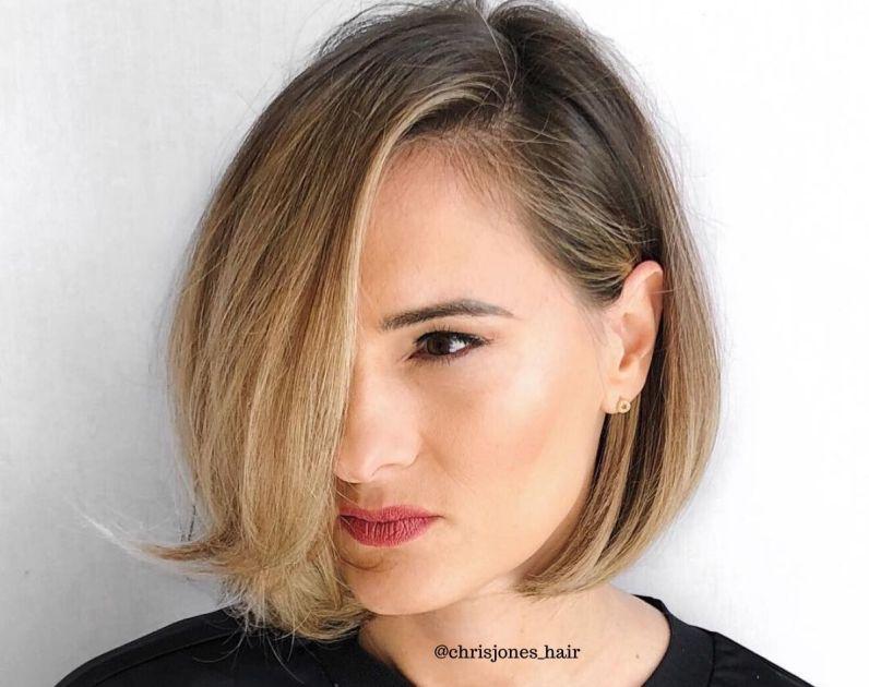 Jovem mulher com cabelo curto liso