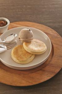 chungo-pancake-con-bocha-de-helado-y-dip-de-ddl