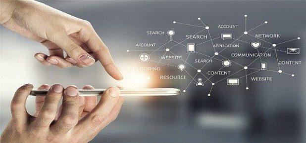 شخص يضغط على أزرار الهاتف المحمول ، وشبكة رقمية تربط مصطلحات الإعلان المختلفة بالنقاط والخطوط.
