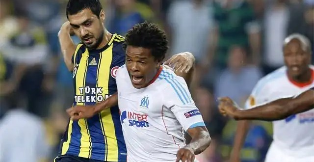 Futbolista entrega a la policía al ladrón que le robó