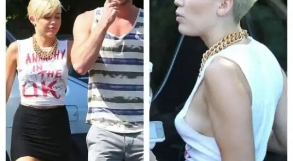 Miley Cyrus muestra los senos en la calle
