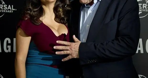 Le tocan los senos en público a Salma Hayek - Fotos