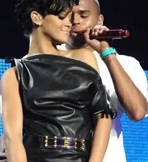 Chris Brown deja a su novia y regresa con Rihanna
