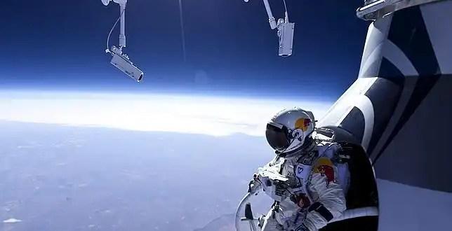 Hombre se tira en paracaídas desde el espacio - Video