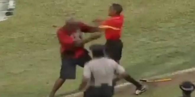 Árbitro golpea a un aficionado en la cancha - Video